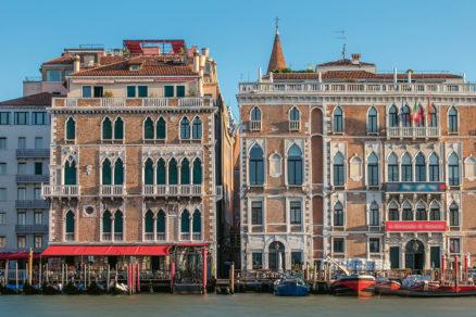 Palác Ca' Giustinian (vpravo) je sídlom riaditeľstva benátskeho bienále.