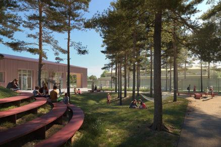 Areál školy bol doplnený o terénne úpravy a rôzne formy sedenia.