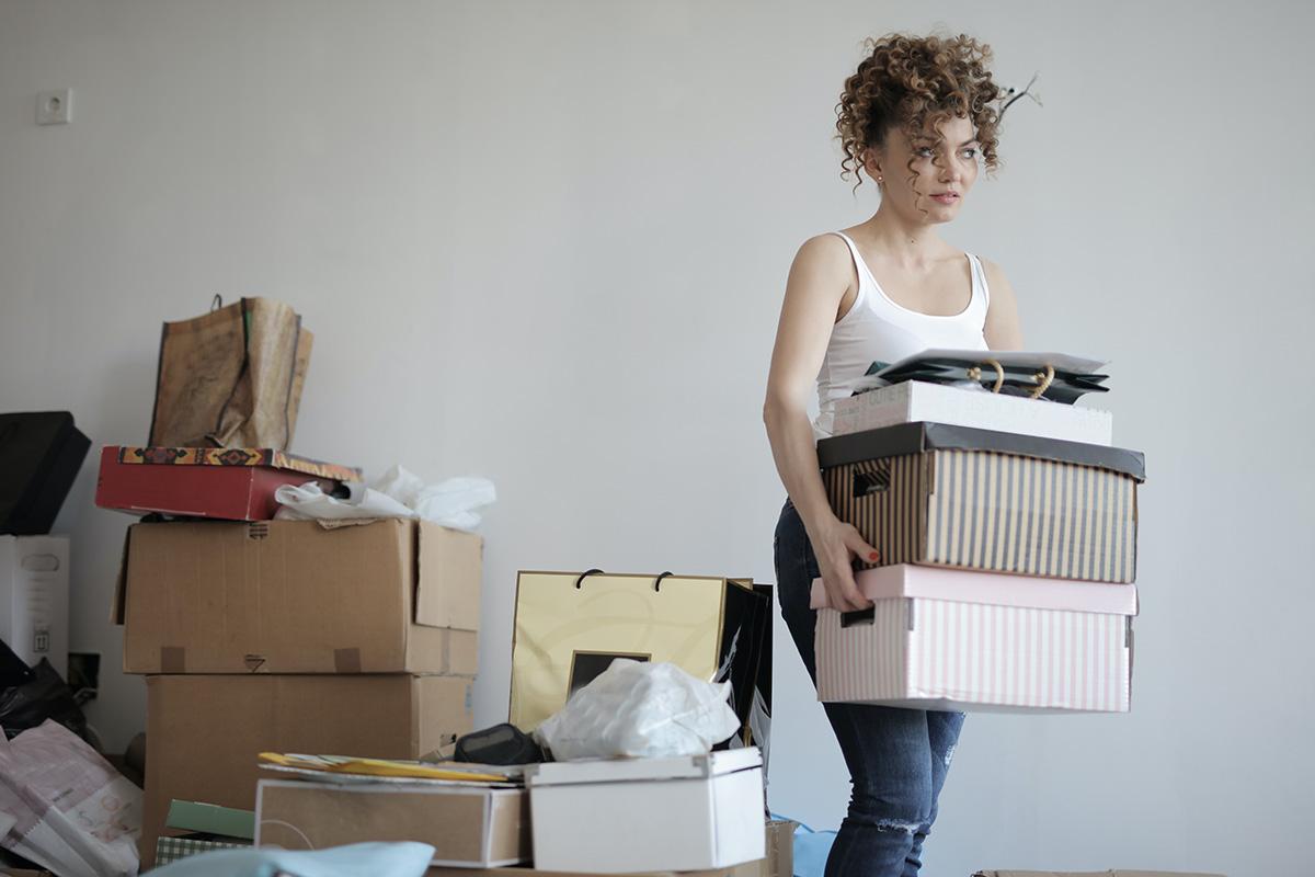 žena, krabica, sťahovanie