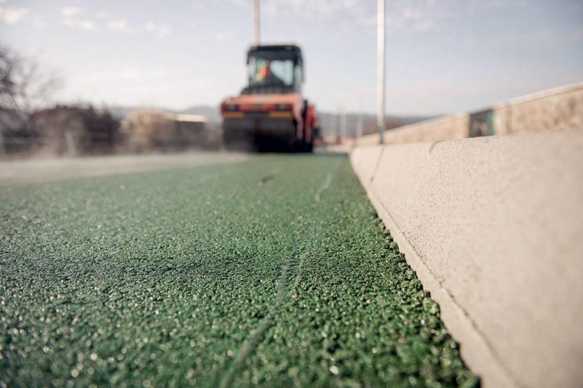 Detail štruktúry asfaltovej vrstvy a jej farebného vyhotovenia