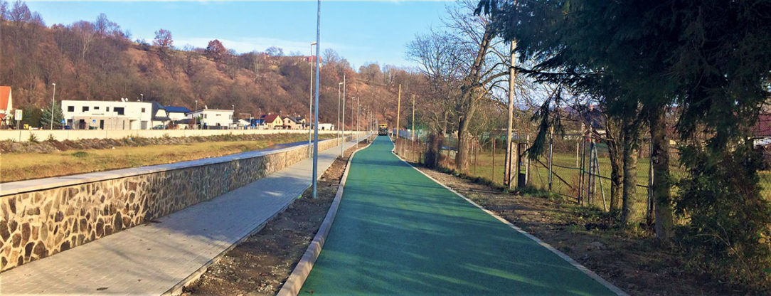 Cyklistický chodník je farebne zladený s okolitým prostredím.