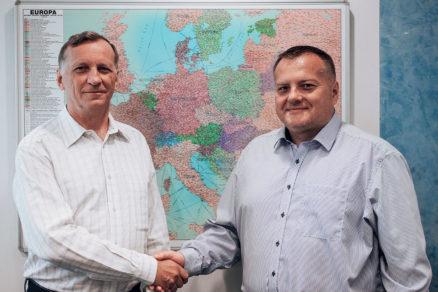 Ing. Ľubomír Turinič a Ing. Eduard Manco – symblické gesto začiatku novej etapy spolupráce