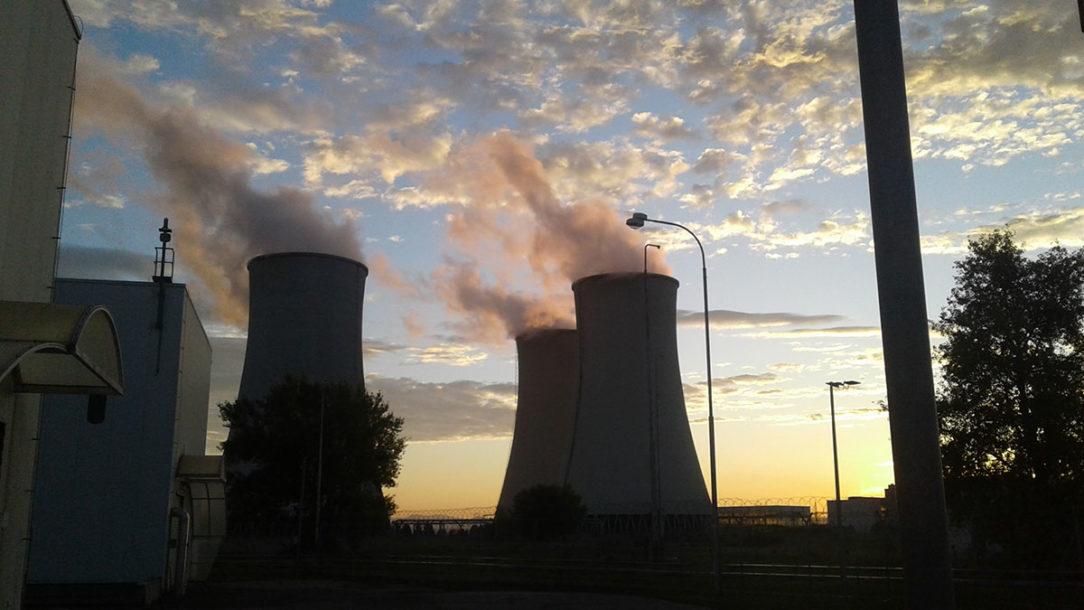 Pohľad na chladiace veže elektrárne v Jaslovských Bohuniciach