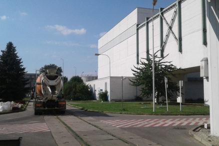 Pri realizácii bazéna sa kládli prísne požiadavky na logistiku dopravy betónu na miesto určenia.