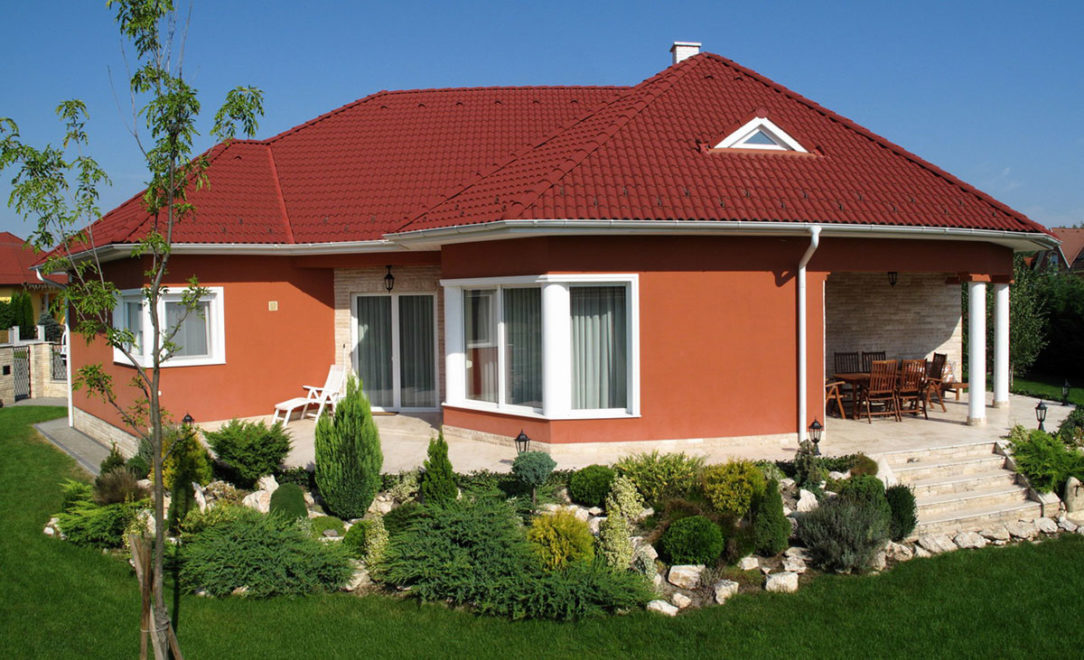 Višňovo červená krytina, sýta fasáda a kontrastné biele doplnky. Terran Danubia - Višňovo červená
