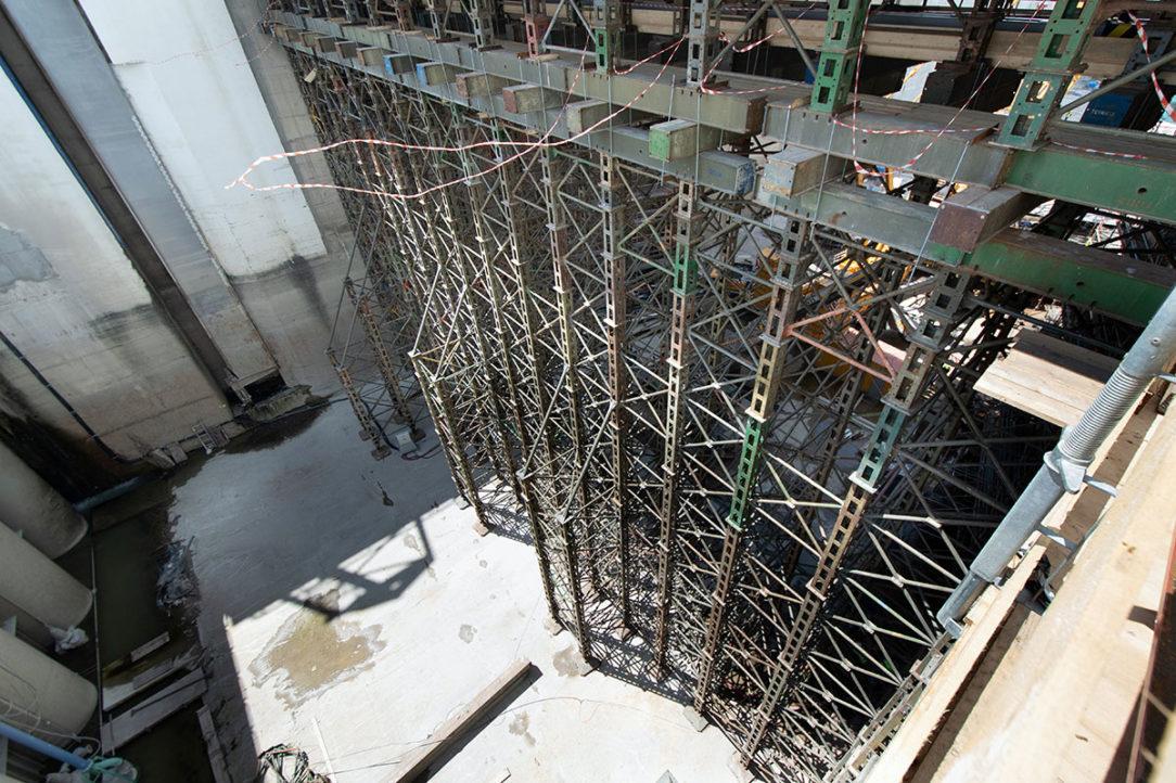Oceľová priehradová konštrukcia tzv. pižmo na dolnom zhlaví dolných vrát