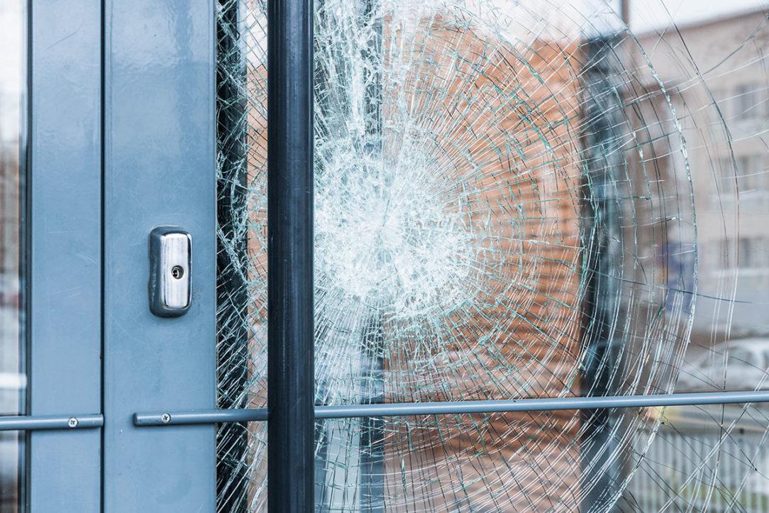 Bezpečnostná fólia urobí z naoko krehkého skla doslova nepreniknuteľnú prekážku.
