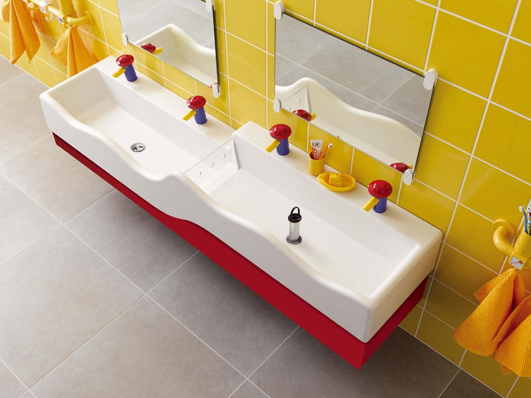 Stimuluje učenie hrou: vďaka odnímateľnej doske môže byť horné umývadlo naplnené vodou po bezpečnostné otvory.