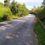 Súčasný stav mnohých úsekov ciest II. triedy na Slovensku, prepadnuté krajnice a degradované vrstvy vozoviek