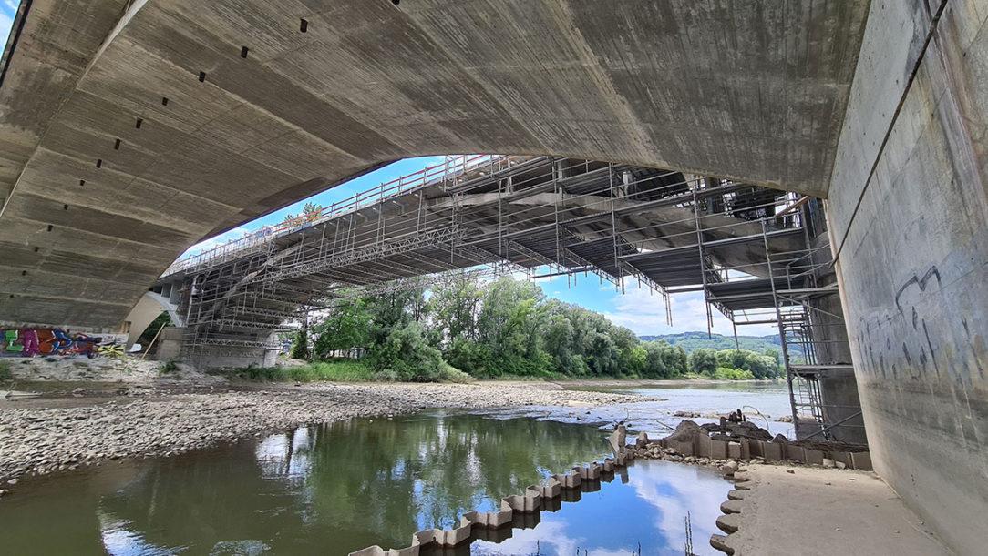 Zavesené lešenie pre sanačné práce na moste Orlové