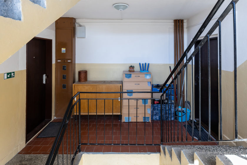 bytovy dom, schodisko, chodba