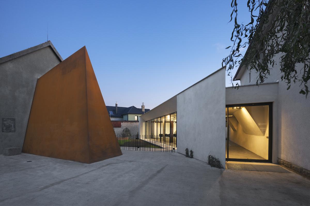 Pamätník a pavilón ohraničujú kontemplačnú záhradu.