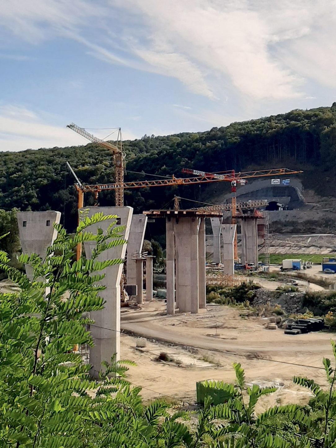 Pohľad na rozostavané podpery mosta SO 202-00, v pozadí severný portál tunela Bikoš