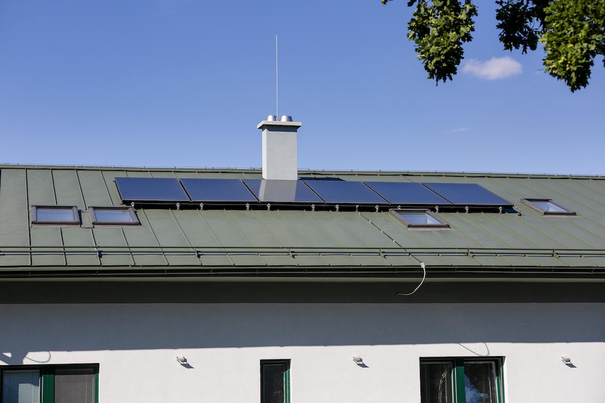 Šesť vertikálnych solárnych kolektorov na streche objektu