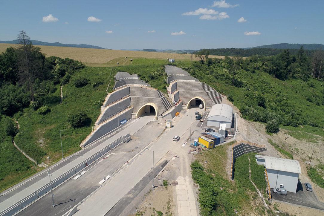 Letecký pohľad na východný portál tunela Žilina pred dokončením