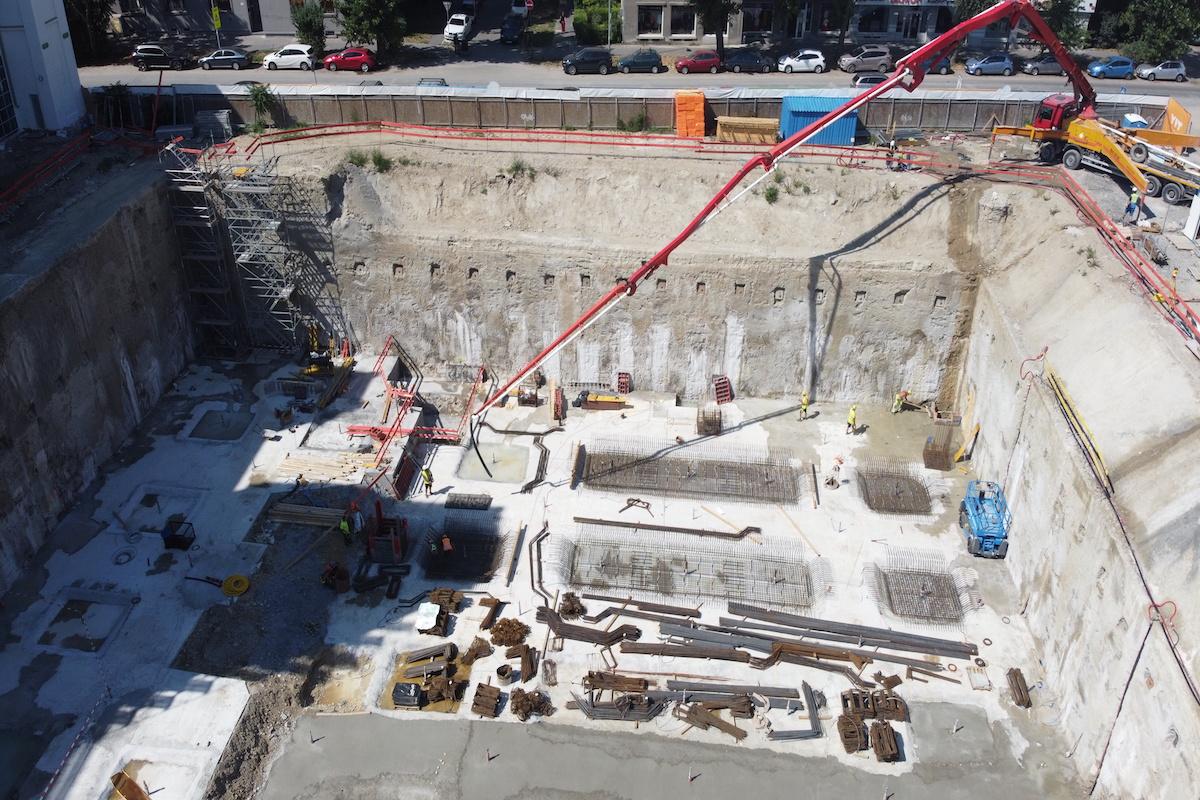 Pohľad na zrealizovanú stavebnú jamu a následne prebiehajúce práce