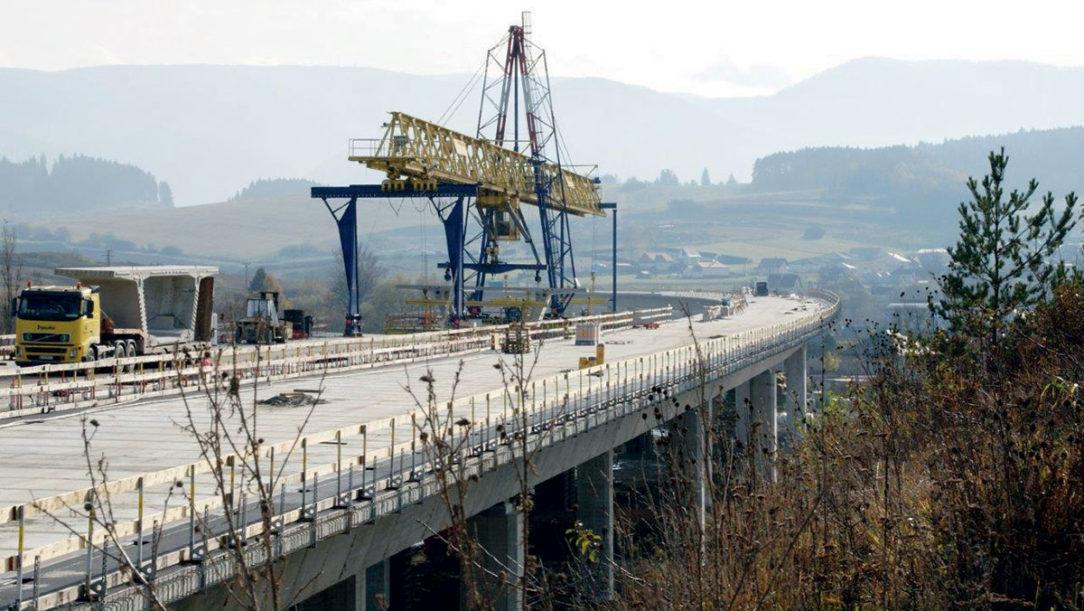 Pohľad na proces výstavby mostného objektu SO 209 00 Estakáda na D1 v Lietavskej Lúčke priečne delená konštrukcia PDK realizovaná letmou montážou