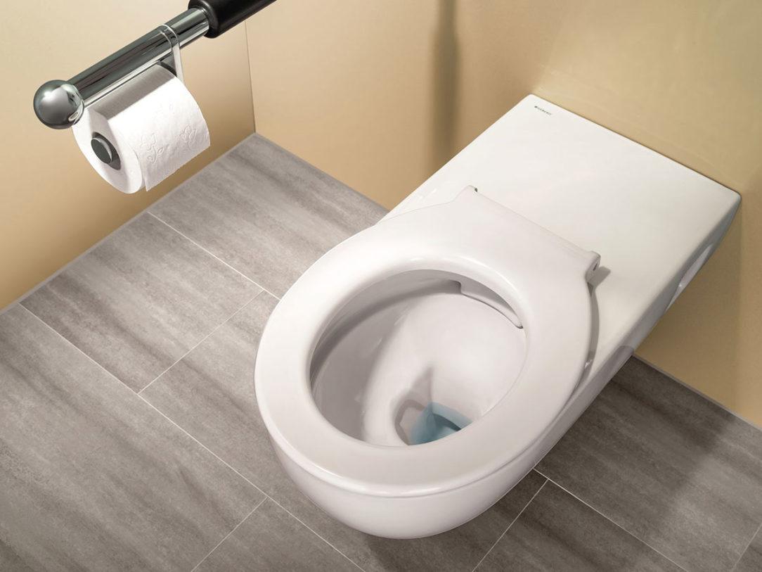 WC s predĺženou montážnou hĺbkou pre bezbariérový prístup vybavené sedacím kruhom.