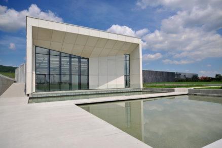 Vinársky komplex ELESKO neďaleko Modry bol postavený v roku 2009, jeho hlavnými projektantmi boli architekti Kalin Cakov a Emil Makara.