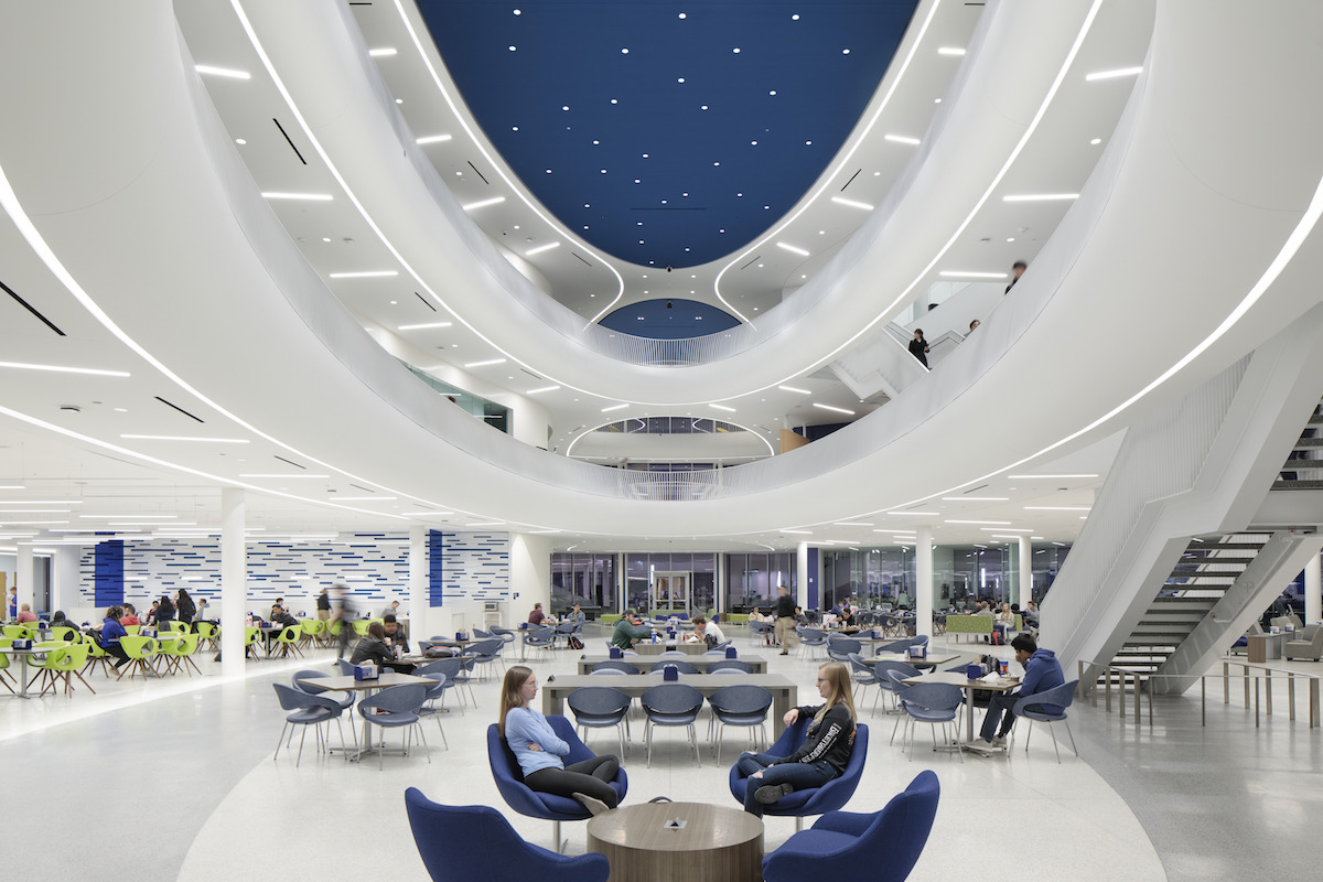 Oddychové priestory, jedálne a zasadačky sa ovíjajú okolo impozantného trojpodlažného átria, zakončeného zasklenou strechou.