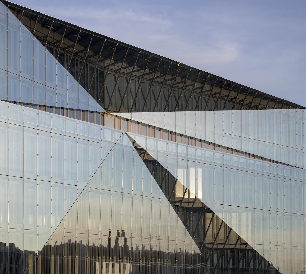 Dvojitá zasklená fasáda má z exteriéru nanesený solárny poter.