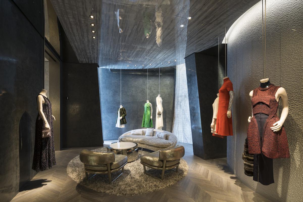 Okrem predajne je v budove aj stála expozícia odevov.