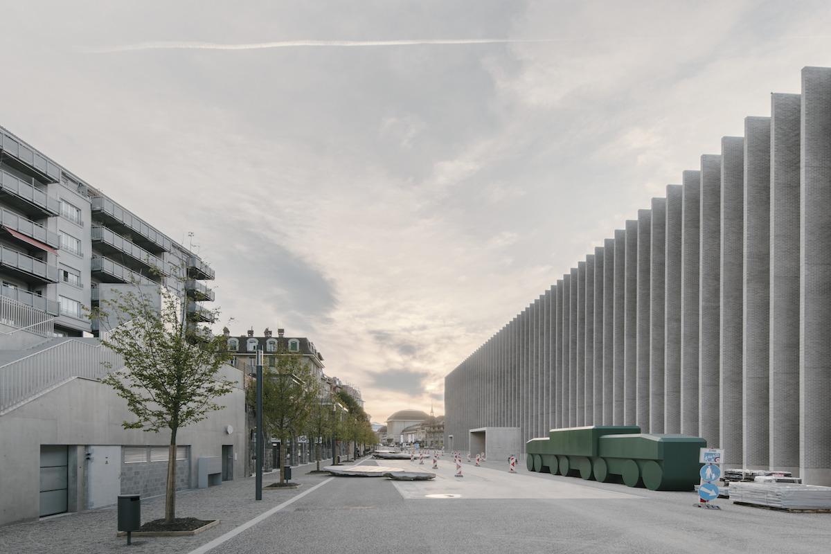 Pozdĺžne námestie pred múzeom sa tiahne až k centru mesta.