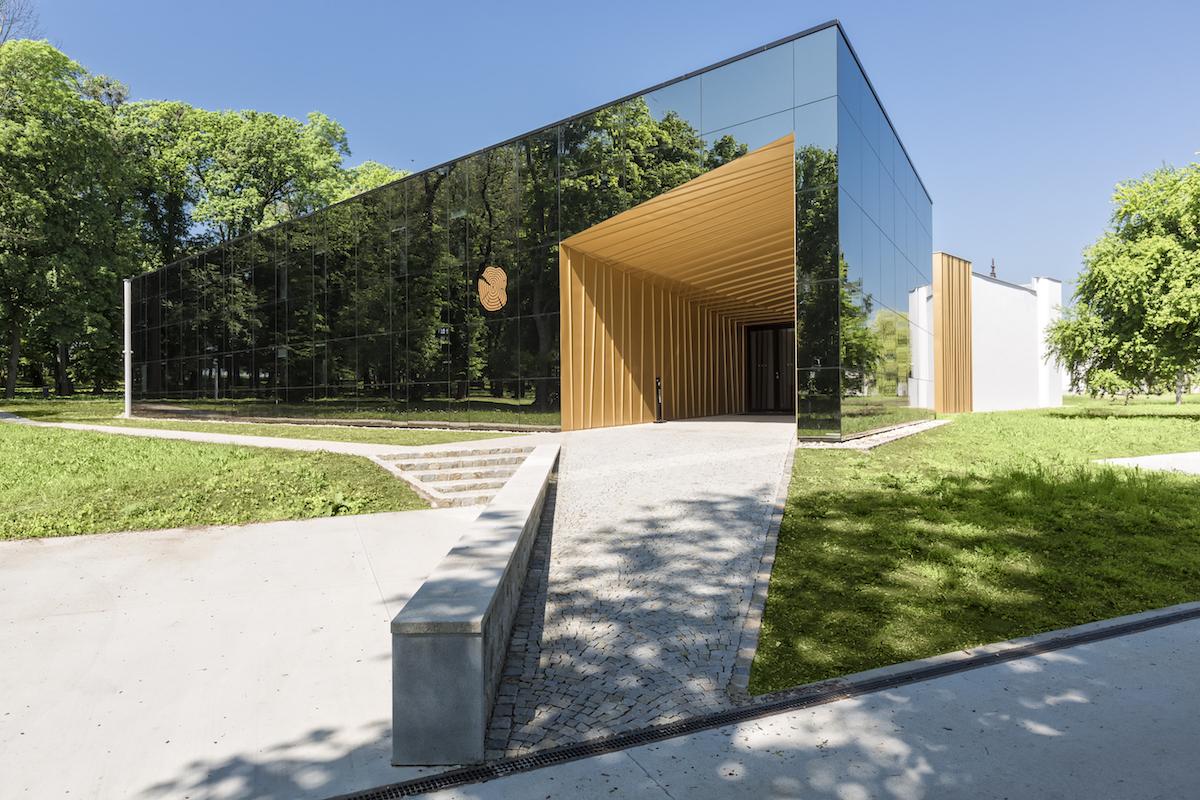 Penzión tvorí vstupnú bránu do areálu Château Rúbaň v južnoslovenskej vinohradníckej oblasti. Jeho autorom je architekt Zoltán Bartal a postavený bol v rokoch 2015 – 2016.