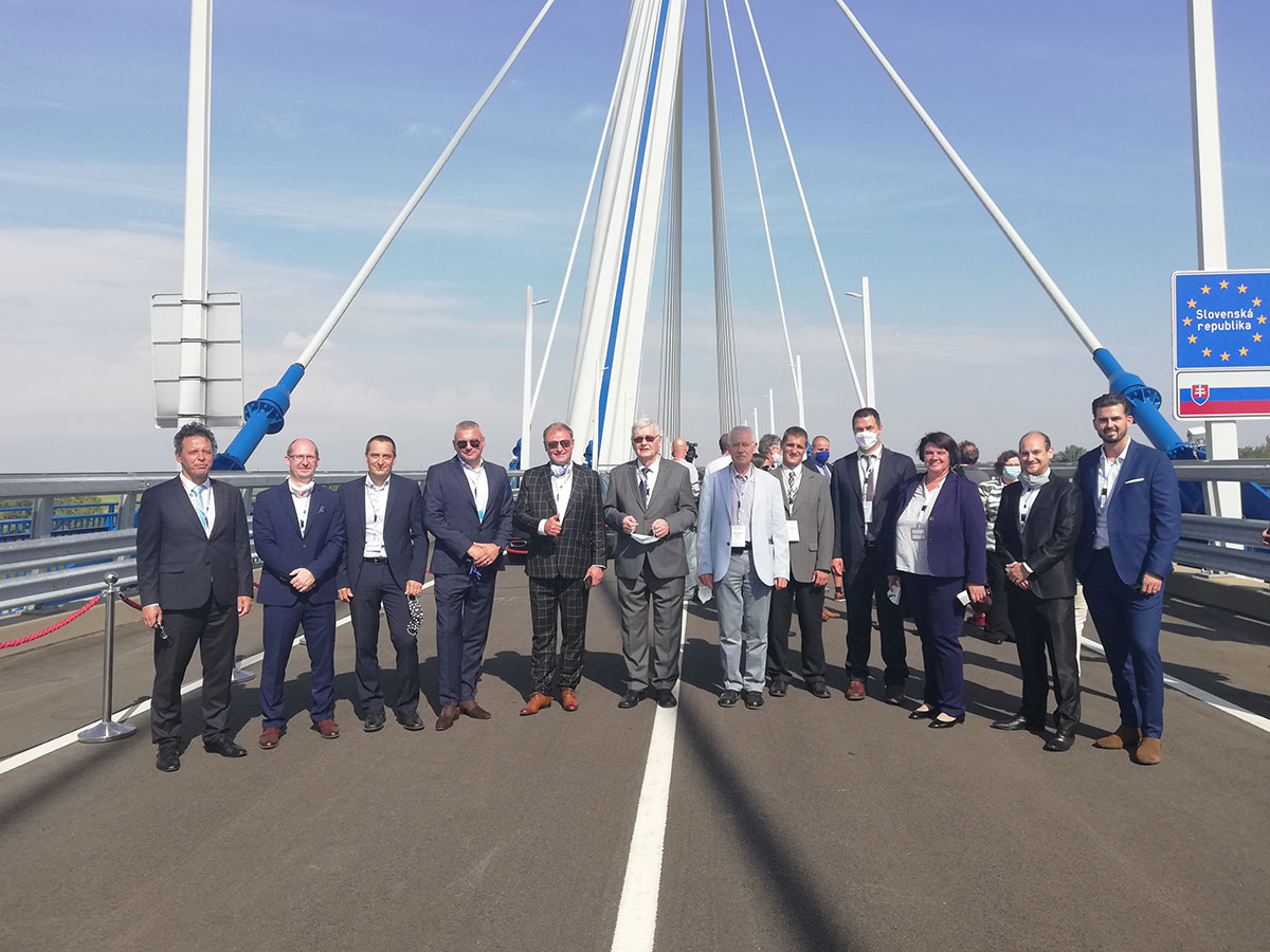 Obr. 10 Zástupca stavebného úradu, zástupcovia DOPRAVOPROJEKTU, a. s., a Pont-TERVU Zrt. pri otváraní mosta