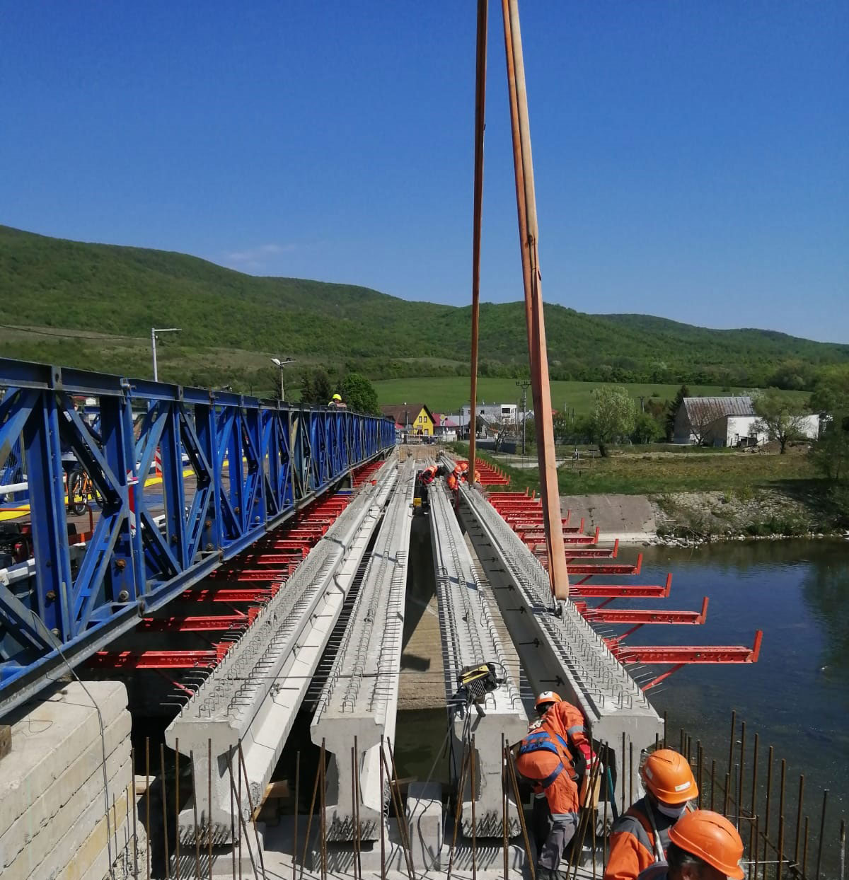 Obr. 4 Nosníky typu M30 pri realizácii rekonštrukcie mosta cez rieku Laborec za obcou Krivošťany
