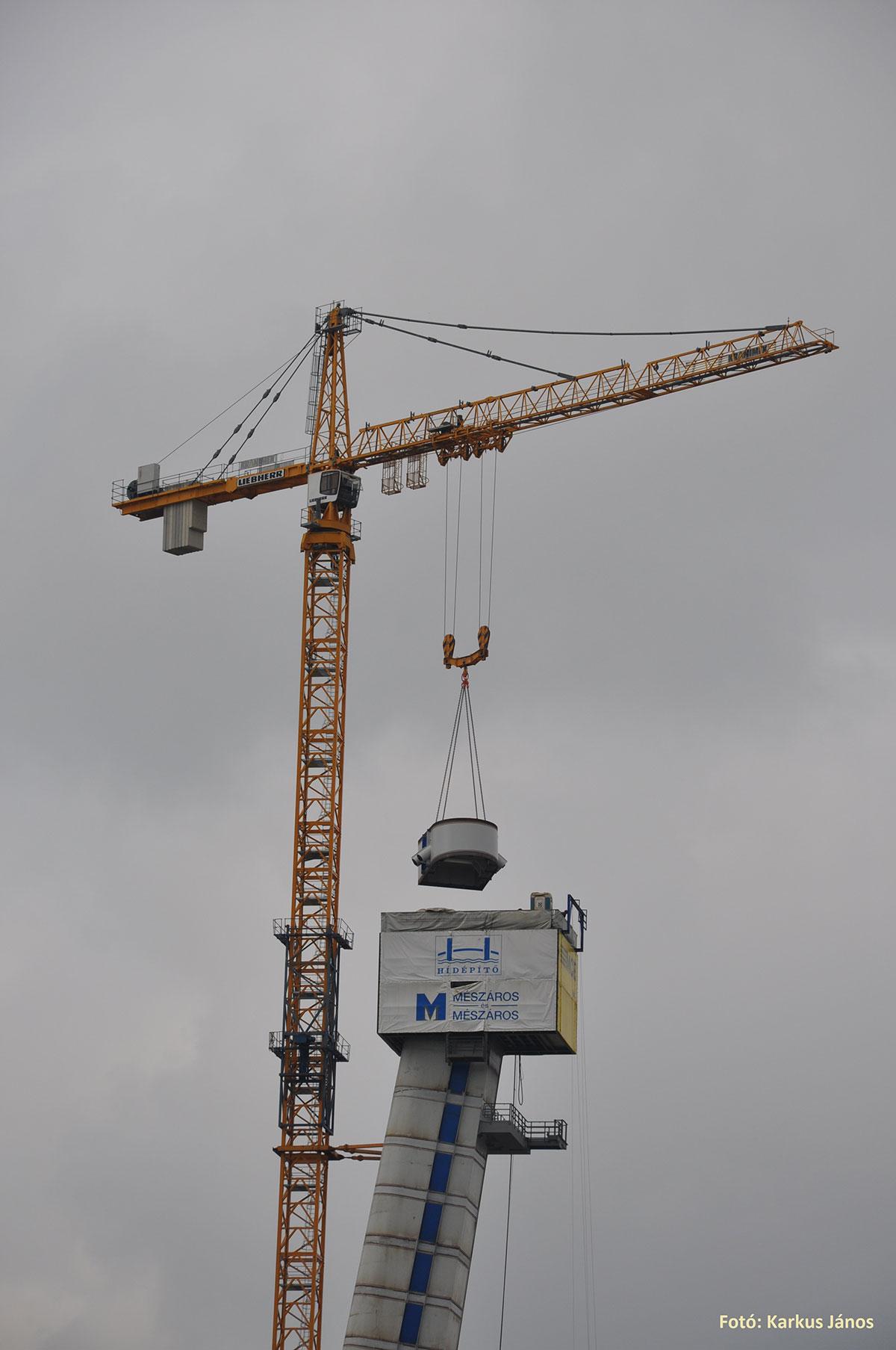 Obr. 6 Dvíhanie dielca pylónu vežovým žeriavom