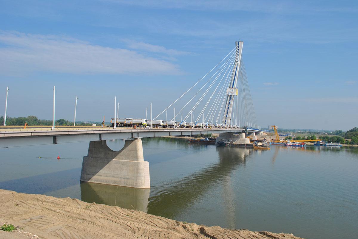 Obr. 9 Zaťažovacia skúška mosta