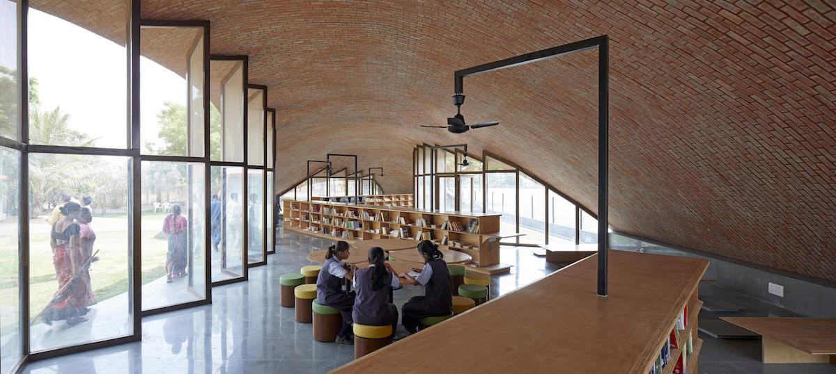 Interiér má variabilné priestorové systémy sedenia. Široké podlahové stoličky sa môžu usporiadať po obvode knižnice na samostatné štúdium, ale aj nasmerovať do jej stredu na spoločné štúdium.