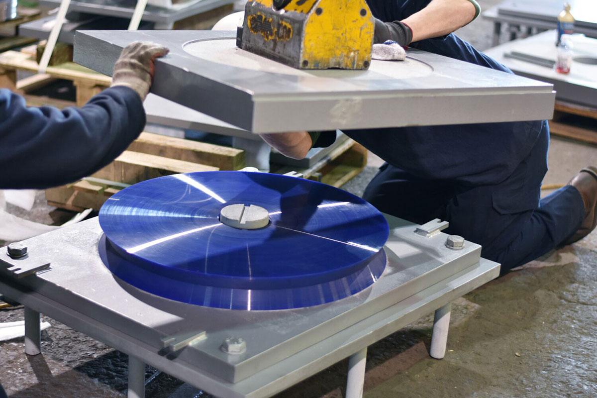 Montáž ložiska RESTON® DISC v závode mageba v Pensylvánii. Najväčšie ložiská budú merať až 75 palcov (1,9 m) a každé z nich bude vážiť viac ako 15 000 lb (6 800 kg). Ložiská sú určené na vertikálne prevádzkové zaťaženie do 7 400 000 lb (ekvivalent 33 000 kN), pričom sú schopné preniesť aj výrazné pootočenia a/alebo odolávať veľkým horizontálnym silám.