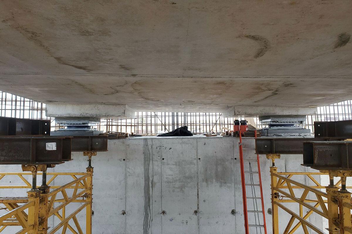 Dve diskové ložiská, už nainštalované, na podporu časti hlavnej konštrukcie mosta