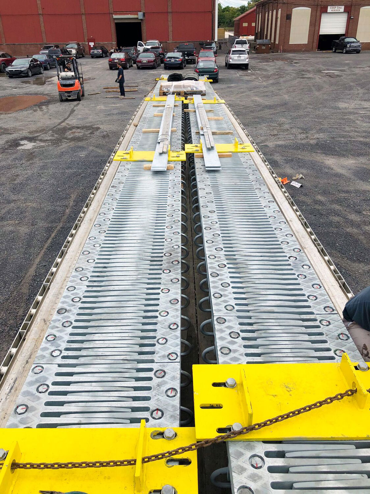 Dva mostné závery TENSA® FINGER (typ RSFD) navrhnuté na pohyby do 16 palcov (400 mm). Hrebeňové dosky, ktoré tvoria povrch a sú kotvené pomocou skrutiek, možno podľa potreby z dôvodu údržby alebo výmeny demontovať.
