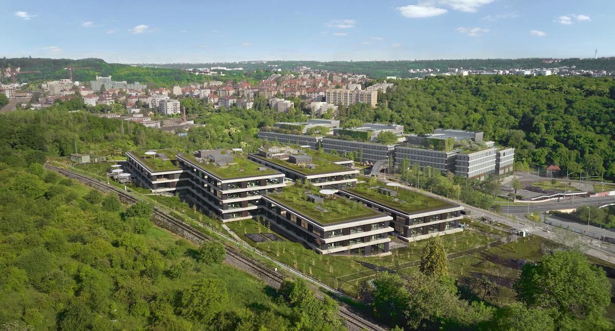 Budova je zasadená do svahu Radlického údolia a vďaka zeleným strechám splýva so svojím okolím.