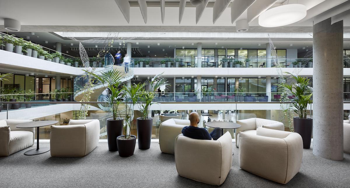 Rôzny charakter pracovných priestorov umožňuje sústredenie i spoluprácu.