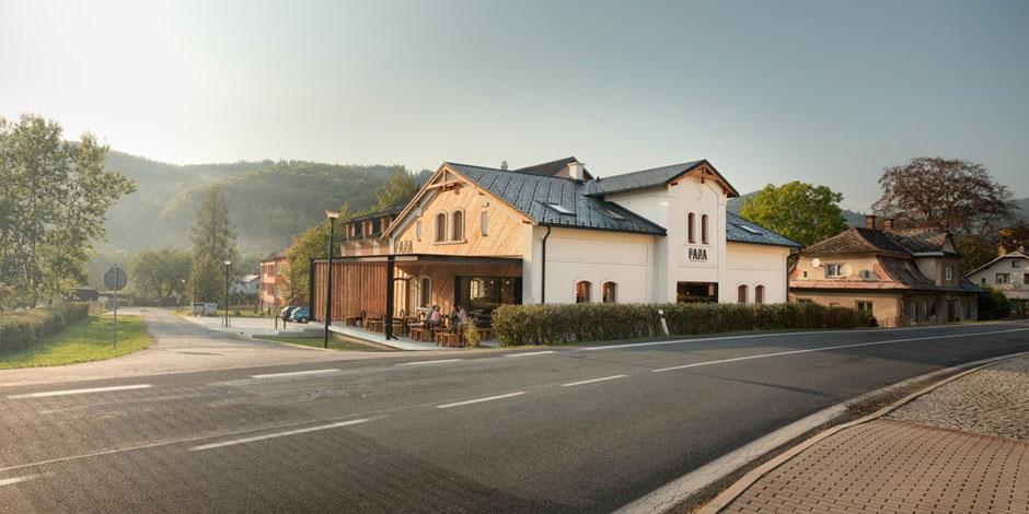 Cieľom revitalizácie historického objektu pôvodnej fary z prelomu 19. a 20. storočia bolo zachovanie vonkajšieho výzoru domu.