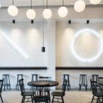 Interiér je rozdelený na dva segmenty – svetlý reštauračný a tmavý obslužný.