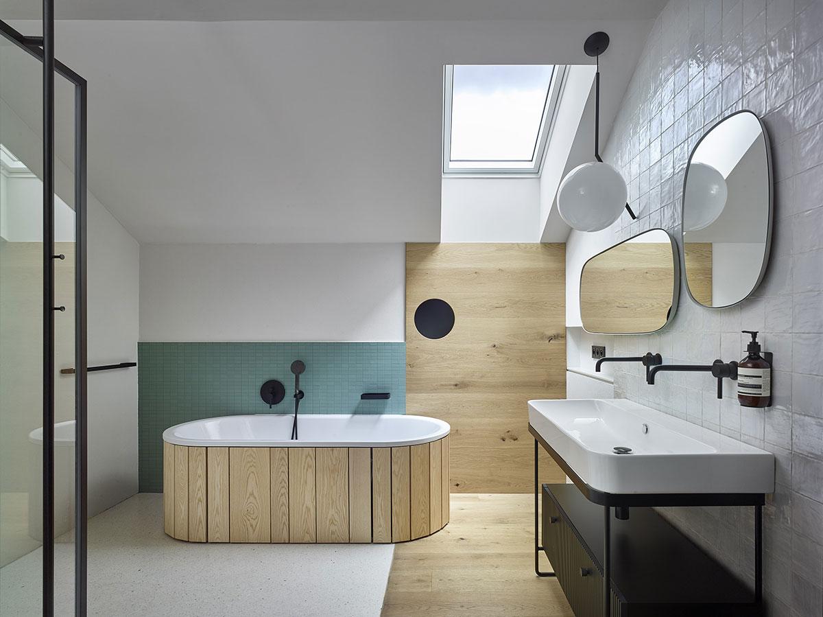 Do vlhkých priestorov architektka vybrala bezúdržbový variant okenných rámov.