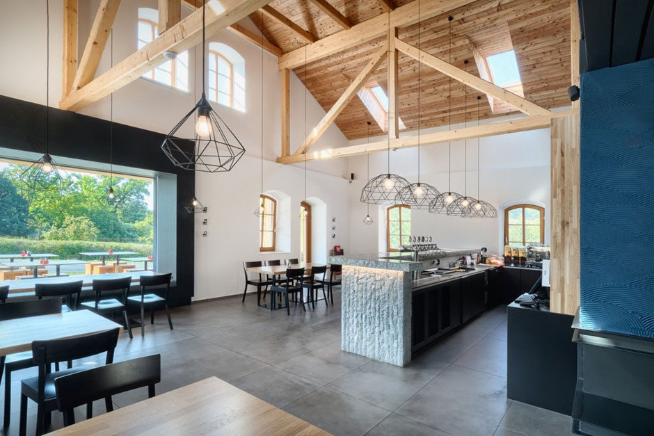 Hlavná časť nad barom je otvorená až do krovu. Priestor presvetľujú strešné okná Velux.