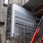 Obrovské dolné vráta pravej komory sa podarilo úspešne nasadiť do ložísk.