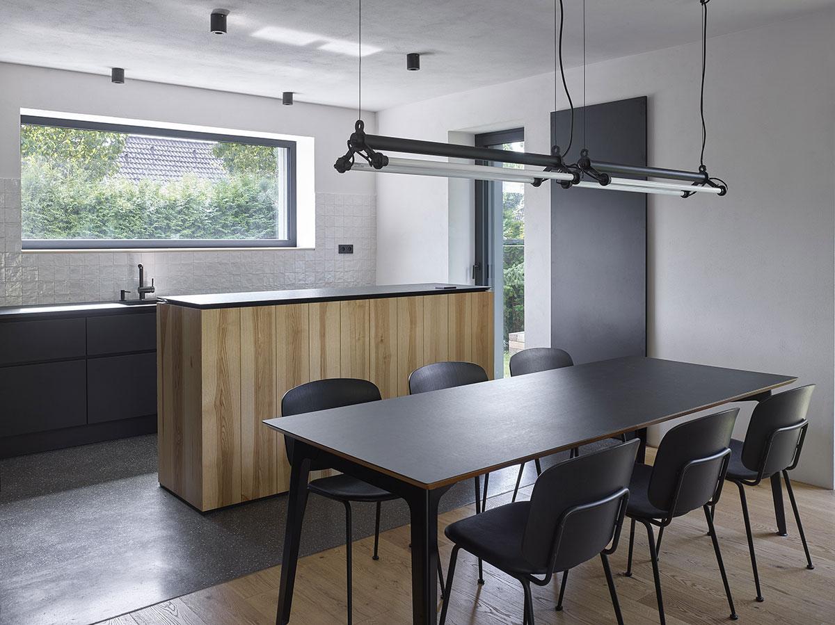 Zámer vytvoriť elegantný neutrálny základ sa premietol napríklad aj do výberu jedálenského stola.