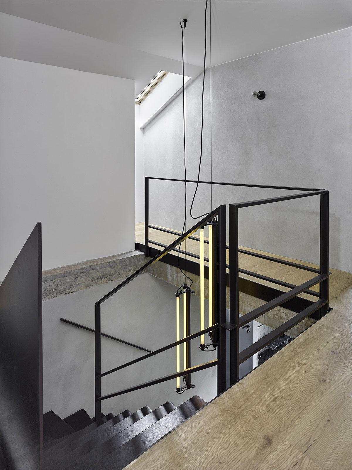 Z 12 mm oceľových plátov rezaných laserom je aj hlavné zavesené schodisko ktoré nahradilo pôvodné murované.