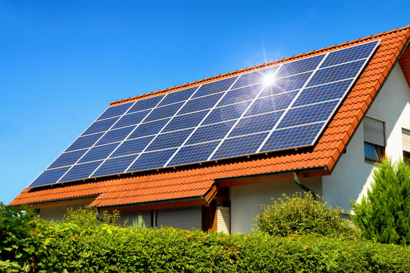 fotovoltické panely na streche rodinného domu