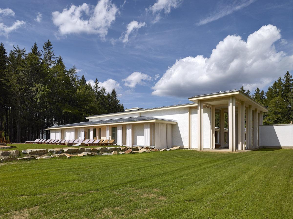 Duchovnú podstatu pavilónu výrazne podporil zvolený architektonický jazyk.