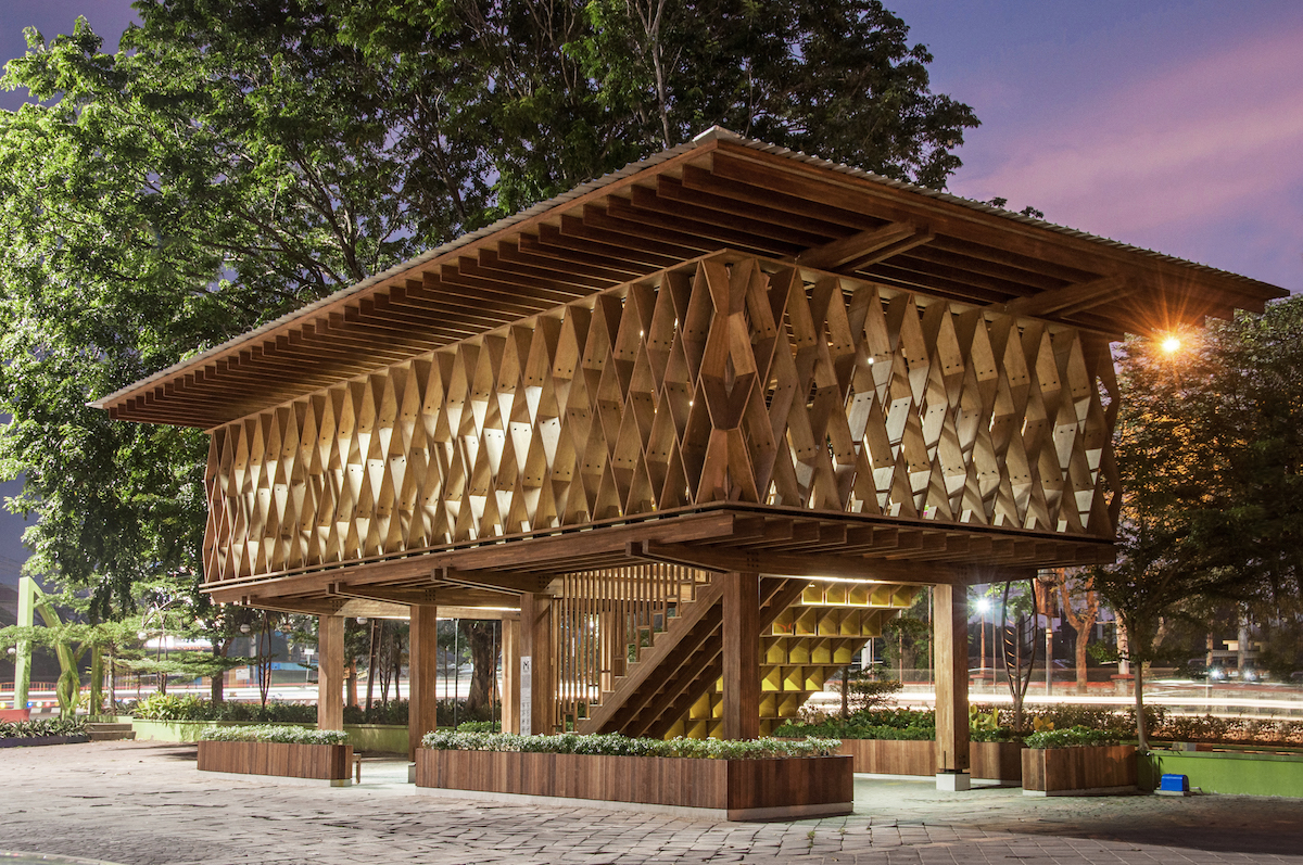 Drevená konštrukcia, inšpirovaná tradičnými domami, pochádza z kontrolovaných a trvalo udržateľných zdrojov.