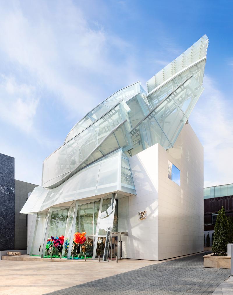 Živelná sklenená fasáda, ktorej sekunduje biely kameň obkladu.