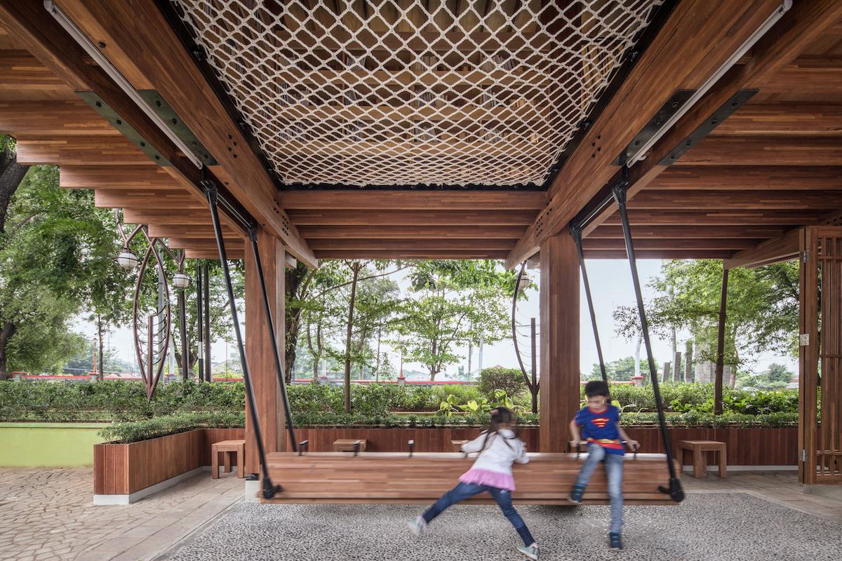 Na upútanie pozornosti detí tu architekti zavesili drevenú hojdačku.